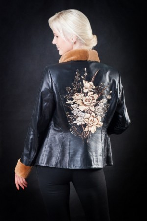 Кожаная куртка с вышивкой на спине