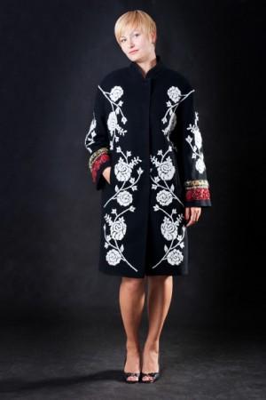Шерстяное пальто с ручной вышивкой